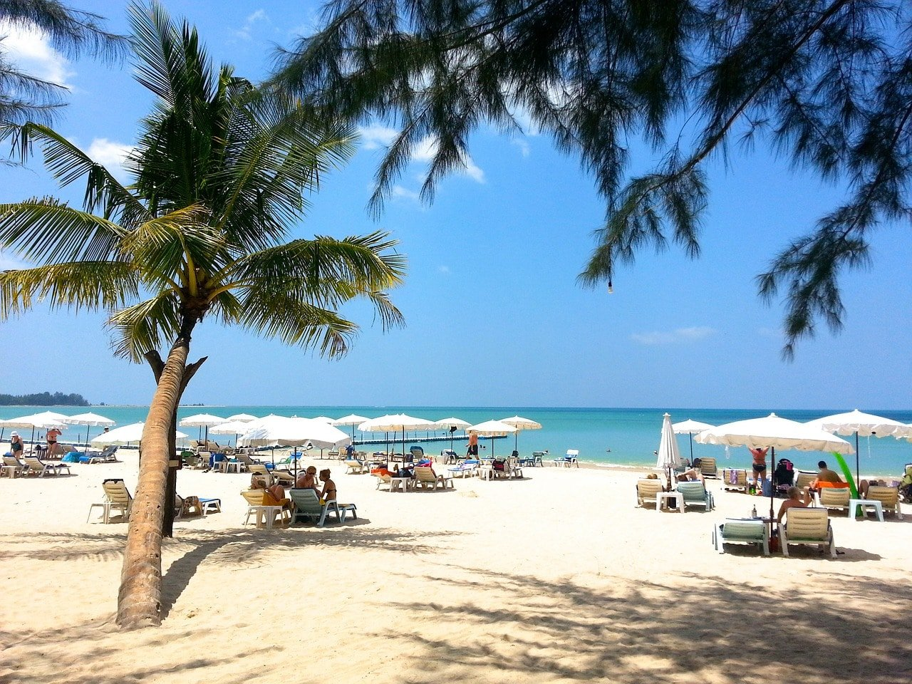 Phuket: Tornano sdraio ed ombrelloni