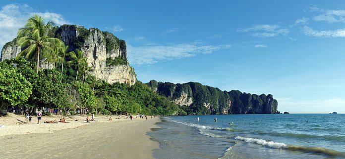Spiaggia di Ao Nang. Foto di kallerna.