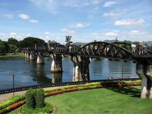 Ponte sul Fiume Kwai, Kanchanaburi. Foto di Wat Chai Chumphon Chana Songkhram. Foto di Supercarwaar.