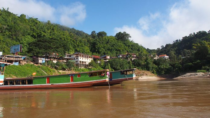 Entrare al Confine tra Thailandia e Laos. foto di Clay Gilliland.