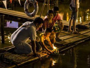 Loy Krathong sul fiume Ping - Foto di John Shedrick da Chiang Mai.