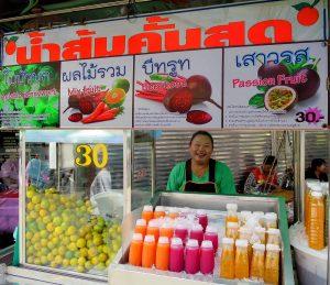 Venditore di succhi di frutta fresca in Thailandia.