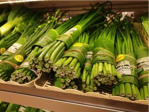 Prodotti avvolti con foglie di banano.