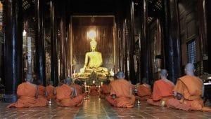 Monaci buddhisti in preghiera.