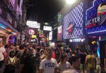 """La Walking Street di Pattaya è """"piena di turisti"""", ma..."""