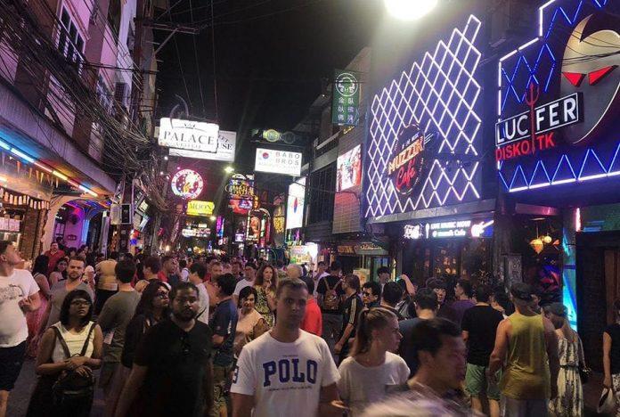 La Walking Street di Pattaya è