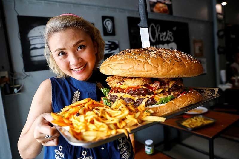 Riuscirai a mangiare l'hamburger da 6 kg a Bangkok?